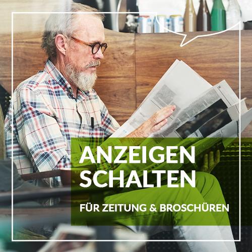 Älterer Herr mit Brille liest Tageszeitung
