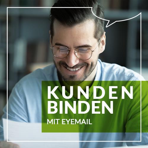 Mann mit Brille, der lächelnd etwas liest.